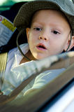 Förtjusande pys i en bil fotografering för bildbyråer