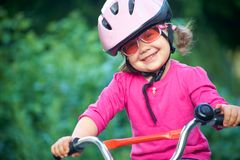 förtjusande säkerhet för flickahjälmpink Arkivbilder