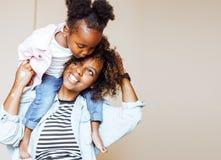 Förtjusande söt ung afro--amerikan moder med gullig liten daugh arkivbilder