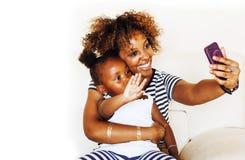 Förtjusande söt ung afro--amerikan moder med gullig liten daugh arkivbild