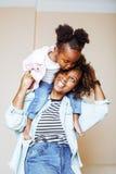 Förtjusande söt ung afro--amerikan moder med gullig liten daugh Royaltyfria Foton