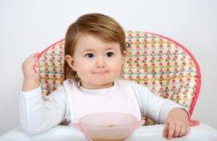 Förtjusande små behandla som ett barn att äta Arkivfoton