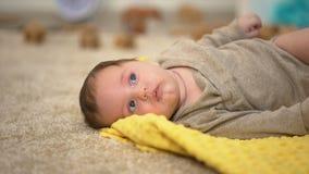 Förtjusande små behandla som ett barn att ligga, födelsestatistik och det stats- barnhjälpmedlet stock video