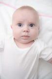 Förtjusande små behandla som ett barn att posera för flicka Arkivfoton