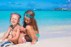 Förtjusande små flickor i baddräkt och exponeringsglas för Royaltyfria Bilder