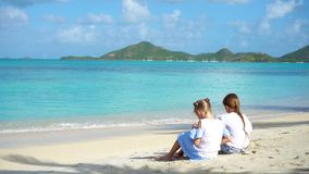 Förtjusande små flickor på stranden under sommarsemester arkivfilmer