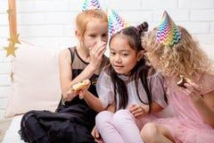 Förtjusande små flickor som delar hemligheter med de royaltyfri fotografi