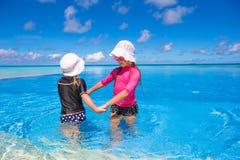 Förtjusande små flickor som spelar i utomhus- simning Royaltyfria Bilder