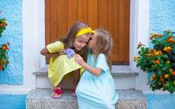 Förtjusande små flickor under sommarsemester Royaltyfri Fotografi