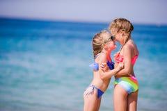Förtjusande små flickor under sommarsemester Ungar tycker om deras lopp i Mykonos royaltyfri fotografi