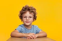 Förtjusande smart pojke i studio Royaltyfri Foto