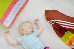 Förtjusande sova för litet barnflicka Arkivfoto