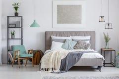 Förtjusande sovrum med mintkaramellstol Royaltyfria Bilder