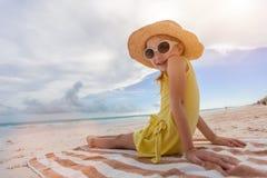 förtjusande strandflicka little Royaltyfri Fotografi