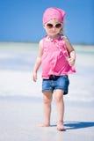 förtjusande strandflicka little Royaltyfria Foton