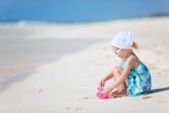 förtjusande strandflicka little Arkivfoto