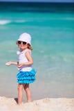 förtjusande strandflicka little Royaltyfri Bild