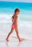 förtjusande strandflicka little Royaltyfria Bilder