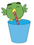 Förtjusande tecknad filmfågel som dricker till och med ett sugrör Arkivfoton