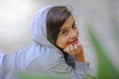 Förtjusande tonårig flickastående i hoodie Royaltyfri Foto