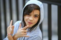 Förtjusande tonårig flickastående i hoodie Arkivbilder