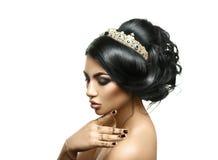 Förtjusande ung brunettflicka med kronan på idérik frisyr Arkivfoton