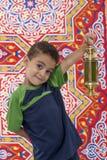 Förtjusande ung pojke med Ramadan Lantern i hand Arkivbild