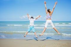 Förtjusande ungar har gyckel på stranden Royaltyfria Foton