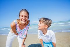 Förtjusande ungar har gyckel på stranden Arkivbilder