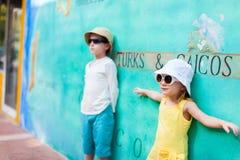 Förtjusande ungar utomhus Royaltyfri Bild