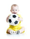 Förtjusande unge med fotboll över vit bakgrund Arkivfoto