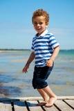 Förtjusande unge som tycker om sommar Arkivfoton