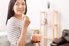 Förtjust asiatiskt äta för kvinna behandla som ett barn moroten Royaltyfri Foto