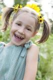 Förtjust barn i solrosklänning Arkivfoto