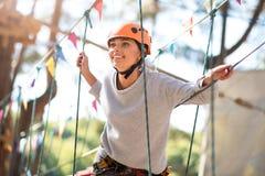 Förtjust bra seende kvinna som tar nöje i klättring Arkivbild
