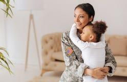 Förtjust förälder och hennes barn som är lyckliga att möta igen Arkivbilder