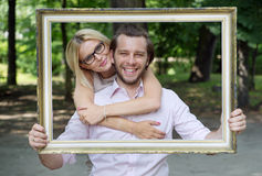 Förtjust gift par som tar ett begreppsmässigt foto Royaltyfria Bilder