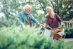 Förtjust gift par som tillsammans tycker om deras tid royaltyfria bilder