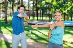 Förtjust glat folk som tycker om göra sportaktiviteter royaltyfri bild