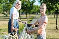 Förtjust gullig flicka som rymmer en picknickkorg Arkivbild