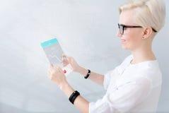 Förtjust kvinna för realitet som använder minnestavlan arkivfoto