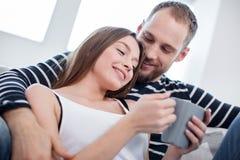 Förtjust kvinna och man som tillsammans tycker om deras fridag royaltyfria bilder
