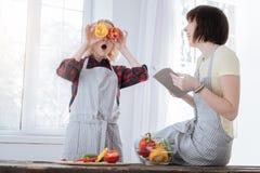 Förtjust lycklig kvinna som spelar med peppar Royaltyfria Bilder