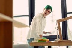 Förtjust lycklig kvinna som tycker om hennes idérika jobb arkivfoto