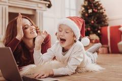 Förtjust moder som ger höjdpunkt fem till hennes barn royaltyfri foto
