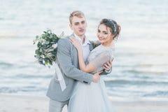 Förtjust nyligen-gifta sig kel på kusten Fotografering för Bildbyråer