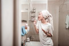 Förtjust positiv kvinna som sjunger i badrummet royaltyfria foton