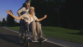 Förtjust rörelsehindrad kvinna som tycker om med maken lager videofilmer
