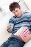 förtjust remote för popcorn för ätaholdingman Royaltyfri Fotografi
