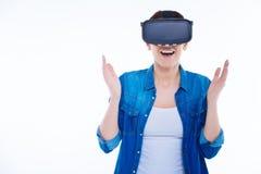 Förtjust upphetsad kvinna som tycker om virtuell verklighet Arkivbilder